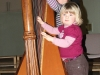 Louise et Paul essaye de jouer de la harpe