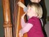Louise et Paul s'essayent à la Harpe