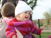 Louise joue au parc, elle a presque 1 an