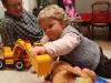 Louise joue avec les pelleteuses de son frère.